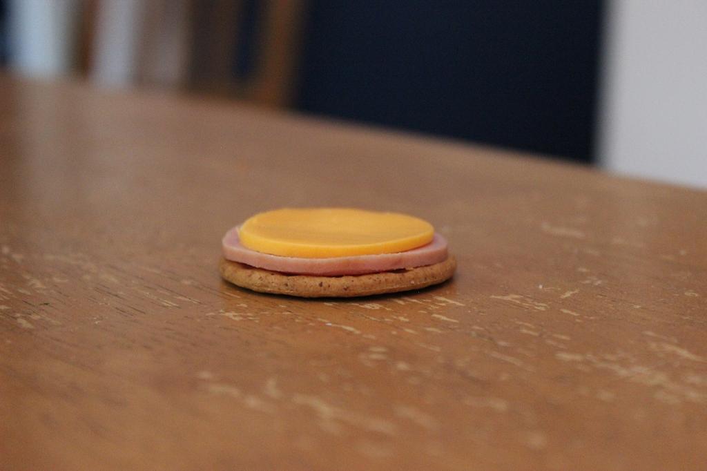 Ce «sandwich» est aussi seul que vous, à une table de la cafétéria.