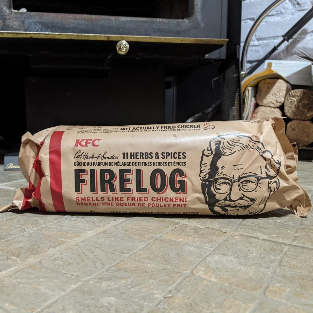 La bûche du Colonel vient dans un emballage de papier avec la face du Colonel dessus.