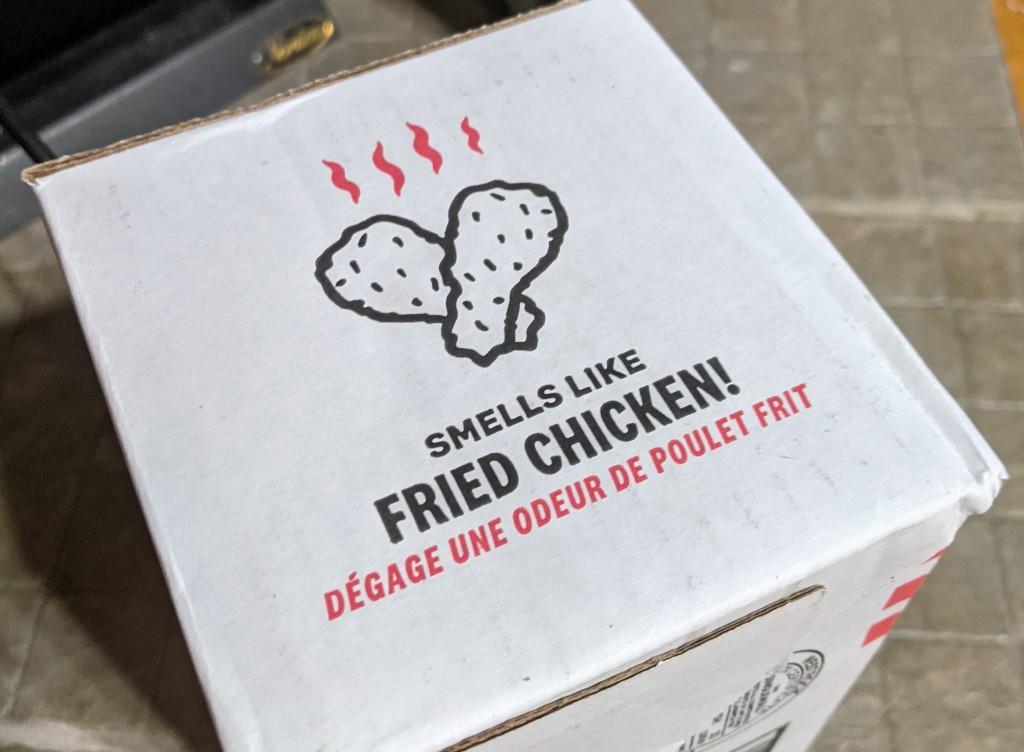 """""""Dégage une odeur de poulet frit"""", déclare l'emballage, dessin d'odorants pilons de poulet à l'appui."""