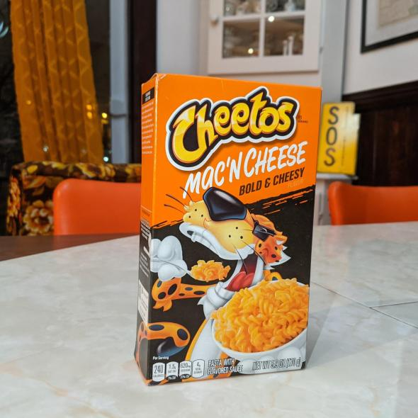 Une boîte de Cheetos Mac'n Cheese Bold & cheesy